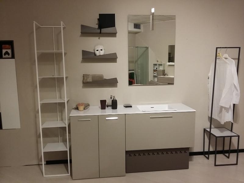 Bagno lavanderia creta con mobile lavatoio, tavola lavapanni in tinta e mobile per nascondere la lavatrice e specchiera