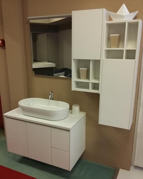 Bagno in rovere laccato bianco, lavabo sopratop completo di specchiera e pensili in tinta