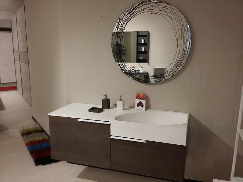 Bagno rovere grigio con vasca ovale integrata nel piano e specchiera circolare serigrafata