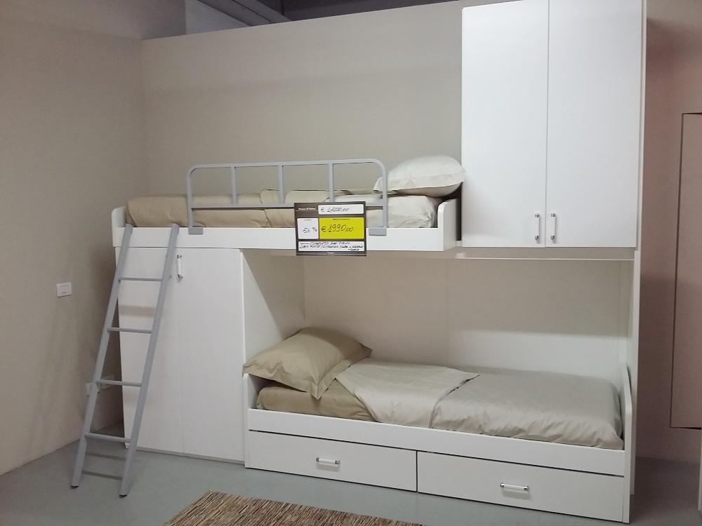 Cameretta bianca con letto a castello, scrivania e libreria