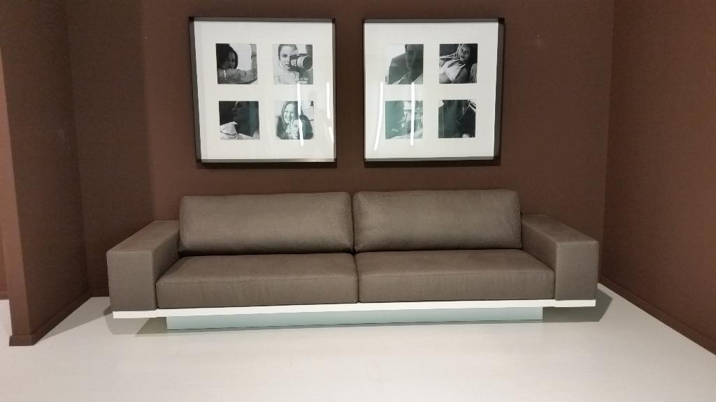 Divano Zen color grigio visone con scocca bianco opaco 1.050€