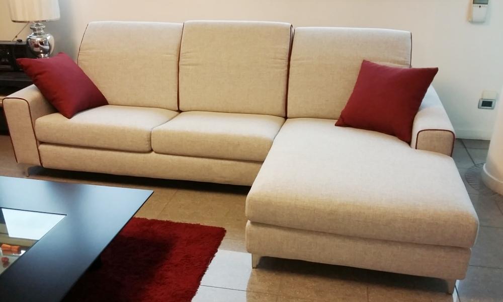 Divano Board-R grigio chiaro bordo rosso